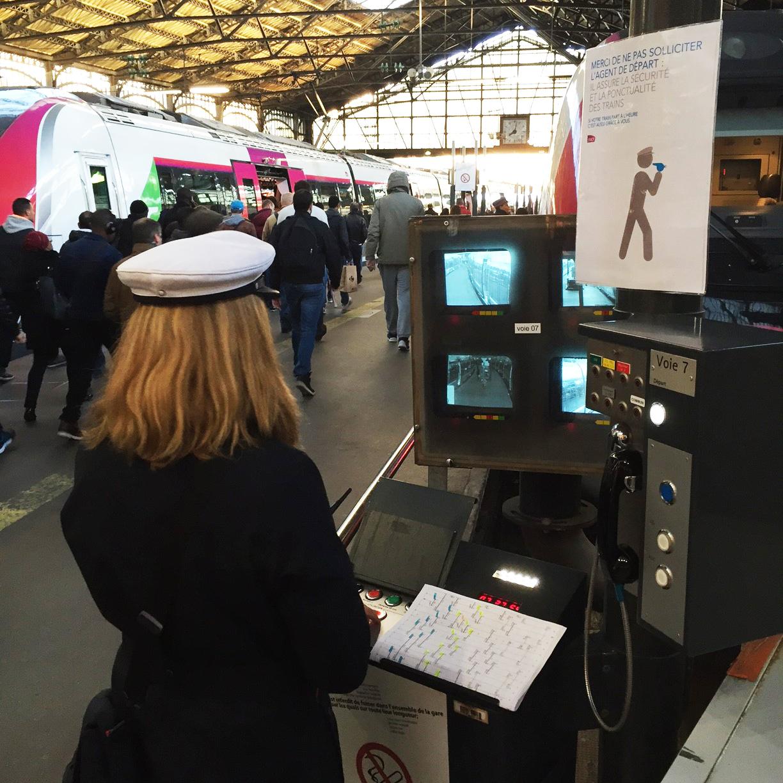 L Agent A La Casquette Blanche Metronome De La Gare